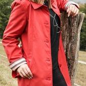 Le rouge éclatant de ce trench égaiera  la plus sombre des journées.  Si vous êtes fatiguée ou un peu pâlotte n'hésitez surtout pas à porter du rouge c'est une couleur pleine de peps qui vous donnera de l'énergie 🤩🙂 . . . . . #couleurrouge❤️ #lookinspiration #bonnemineassurée #souriredujourbonjour #style #chic intemporel #iotd #eleganceintemporelle #trenchcoat